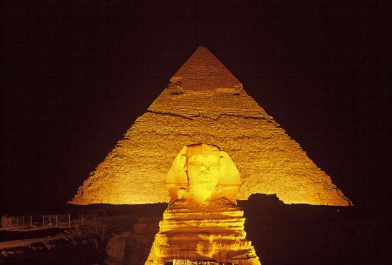 Pirámide de noche